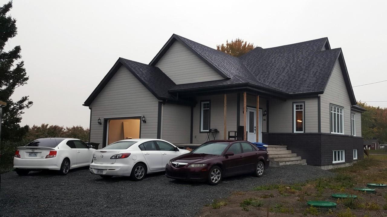 Installation de revêtement extérieur et gouttière sur construction neuve